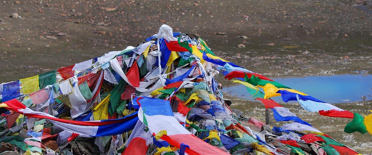 les drapeaux de prières tibétains sur la route du Lada