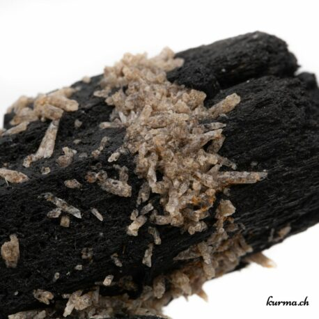 La Tourmaline noire a des vertus protectrices. Elle agit avec brio contre toutes énergies négatives. En géobiologie elle est utilisée pour neutraliser les perturbations électromagnétiques et les énergies telluriques d'influences négatives.