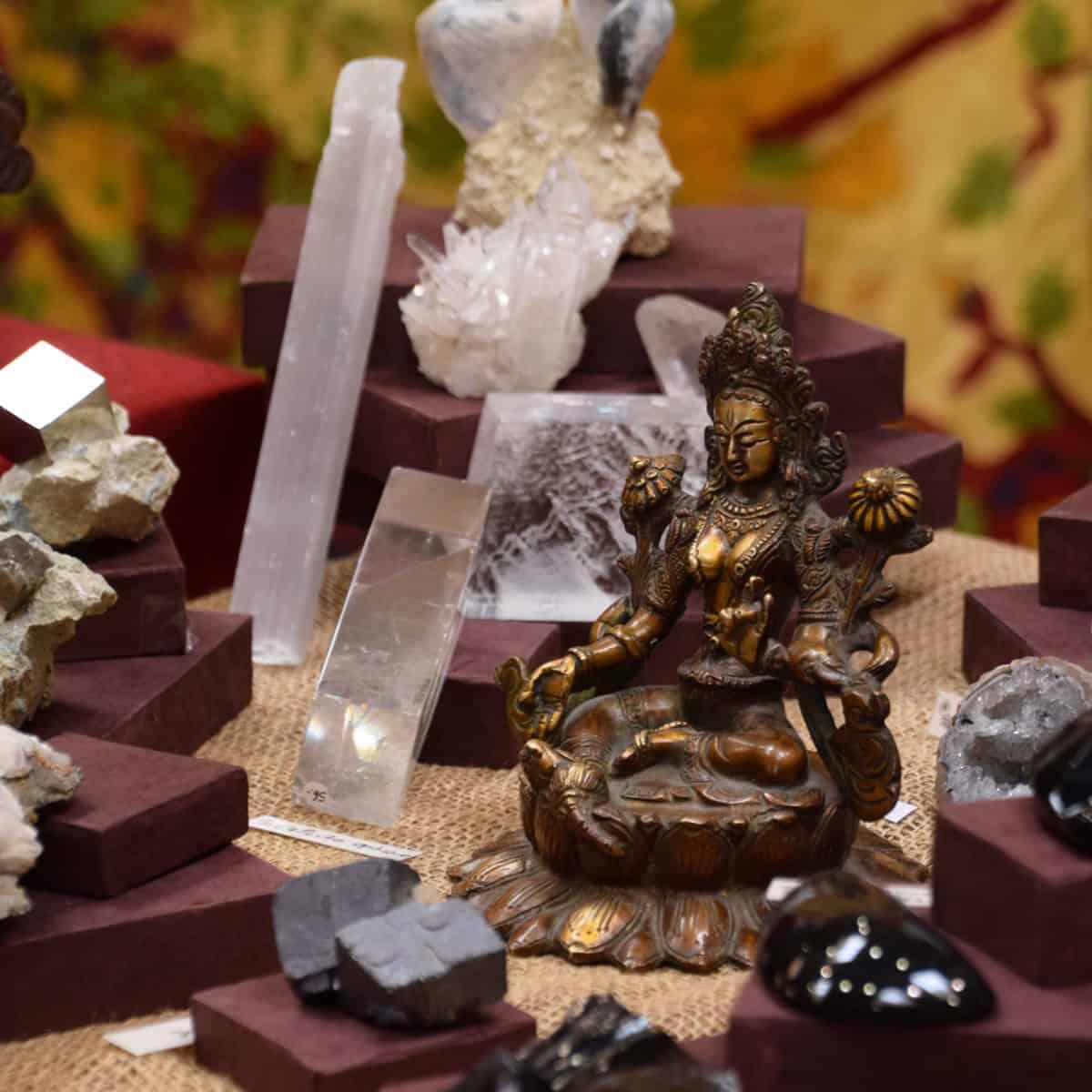Tara verte et minéraux. Image de couverture du blog découverte de pierre