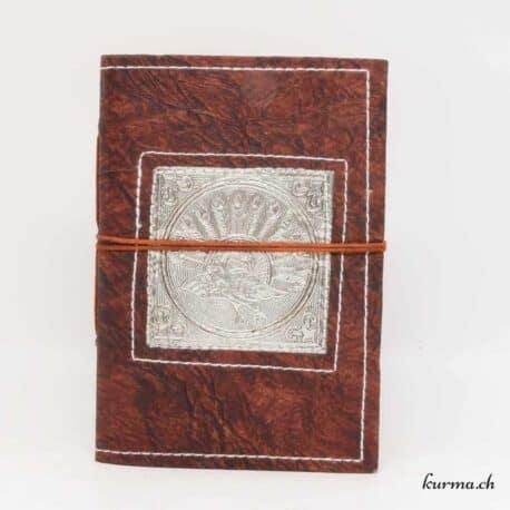 Carnet de note en cuir naturel avec un magnifique paon sculpté sur une plaque en métal