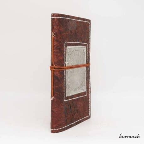 carnet en cuir véritable avec un paon sur une plaque en métal