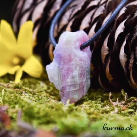 Acheter votre pendentif en pierre percée dans la boutique en ligne Kûrma. Votre magasin de lithothérapie en Suisse. Disponible en vente en ligne et en boutique située entre Neuchâtel et la Chaux-de-fonds